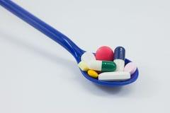 Verschiedene medizinische Kapseln und Pillen im Löffel Lizenzfreie Stockfotos