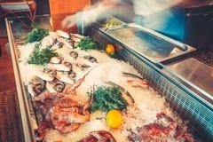 Verschiedene Meeresfrüchte auf den Regalen des Fischmarktes Stockfoto