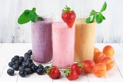 Verschiedene Milchshaken mit Früchten Stockfoto