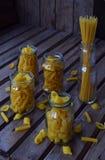 Verschiedene Mischung des Makkaronis auf hölzernem rustikalem Hintergrund Verschiedene Arten der Zusammenstellung von italienisch Lizenzfreie Stockfotografie