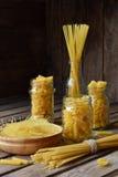 Verschiedene Mischung des Makkaronis auf hölzernem rustikalem Hintergrund Verschiedene Arten der Zusammenstellung von italienisch Lizenzfreie Stockfotos