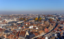 Verschiedene mit Ziegeln gedeckte historische Gebäude der Dächer im Straßburg-Stadtzentrum Lizenzfreie Stockbilder