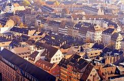Verschiedene mit Ziegeln gedeckte historische Gebäude der Dächer im Straßburg-Stadtzentrum Stockfotos