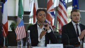 Verschiedene Mitglieder des internationalen Gipfels klatschend stock footage