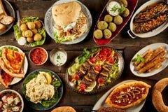 Verschiedene Mittelmeerteller und Brot auf Tabelle Lizenzfreies Stockbild