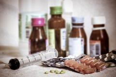 Verschiedene multi Pillen und Tabletten auf weißem Hintergrund Lizenzfreies Stockfoto