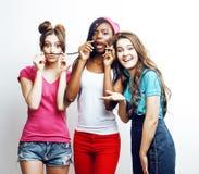 Verschiedene multinationale Mädchengruppe, Jugendfreundfirma nett, Spaß, glückliches Lächeln, nette Aufstellung habend an lokalis lizenzfreies stockbild