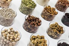 Verschiedene Nüsse auf dem Zähler des Speichers Stockbilder