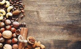 Verschiedene Nüsse auf einem Holztisch Zeder, Acajoubaum, Haselnuss, walnu Stockfotos