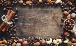 Verschiedene Nüsse auf einem Holztisch Zeder, Acajoubaum, Haselnuss, walnu Stockbilder