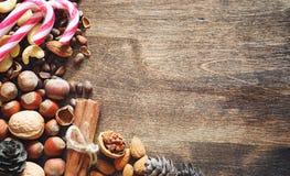 Verschiedene Nüsse auf einem Holztisch Zeder, Acajoubaum, Haselnuss, walnu Lizenzfreie Stockfotografie