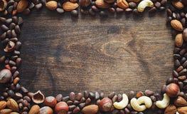 Verschiedene Nüsse auf einem Holztisch Zeder, Acajoubaum, Haselnuss, walnu Lizenzfreies Stockfoto