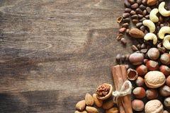 Verschiedene Nüsse auf einem Holztisch Zeder, Acajoubaum, Haselnuss, walnu Stockbild