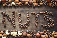 Verschiedene Nüsse auf einem Holztisch Zeder, Acajoubaum, Haselnuss, walnu Lizenzfreie Stockfotos