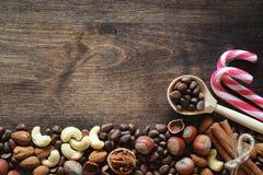 Verschiedene Nüsse auf einem Holztisch Zeder, Acajoubaum, Haselnuss, walnu Stockfotografie