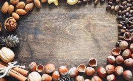 Verschiedene Nüsse auf einem Holztisch Zeder, Acajoubaum, Haselnuss, walnu Stockfoto