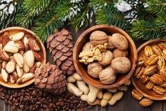 Verschiedene Nüsse auf Holztisch Lizenzfreie Stockfotos