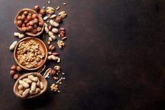 Verschiedene Nüsse auf Steintabelle Lizenzfreie Stockfotos