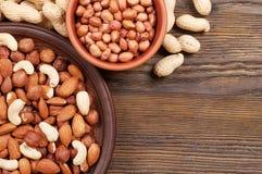 Verschiedene Nüsse in den Platten Stockfotos