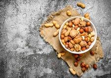 Verschiedene Nüsse in einer Schüssel Stockfoto