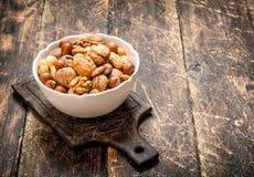 Verschiedene Nüsse in einer Schüssel Stockbilder