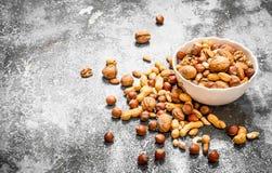 Verschiedene Nüsse in einer Schüssel Stockbild