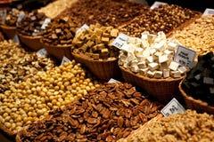 Verschiedene Nüsse im Weidenkorb für Verkauf am Markt Anzeige mit geschmackvoller Walnuss, Pekannuss am Boqueria-Markt in Barcelo Lizenzfreie Stockfotos