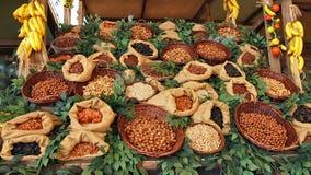 Verschiedene Nüsse und getrocknete fruts Säcke Körbe stockbild