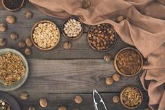 Verschiedene Nüsse und Nussknacker Stockfoto