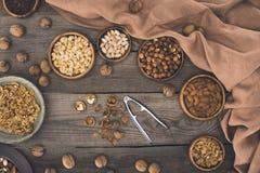 Verschiedene Nüsse und Nussknacker Lizenzfreie Stockbilder