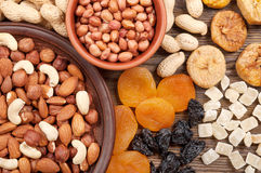 Verschiedene Nüsse und Trockenfrüchte Stockbild