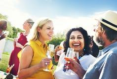 Verschiedene Nachbarn, die Partei-Yard-Konzept trinken Stockbild