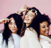 Verschiedene Nationsmädchen mit diversuty in der Haut, Haar Asiatisch, skandinavisch, nettes emotionales an aufwerfen des Afroame stockfotografie