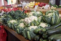 Verschiedene Obst und Gemüse auf dem Bauernhofmarkt in der Stadt Obst und Gemüse an einem Landwirtmarkt Lizenzfreies Stockfoto