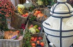 Verschiedene Obst und Gemüse in den Weidenkörben Geschenke des Herbstes stockbild