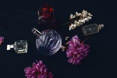 Verschiedene Parfümflaschen Stockfotografie