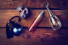 Verschiedene Parfümflaschen Stockfotos