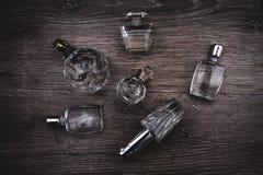 Verschiedene Parfümflaschen Stockbild