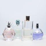 Verschiedene Parfümflaschen auf weißem Hintergrund Parfümerie, Kosmetik Lizenzfreies Stockbild