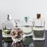 Verschiedene Parfümflaschen mit Reflexionen Parfümerie, Kosmetik Stockfotos