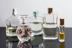 Verschiedene Parfümflaschen mit Reflexionen Parfümerie, Kosmetik Lizenzfreie Stockfotografie