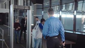 Verschiedene Passagiere, die Sicherheitskontrolle verabschieden stock video