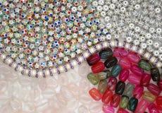 Verschiedene Perlen auf dem Hintergrund lizenzfreies stockfoto
