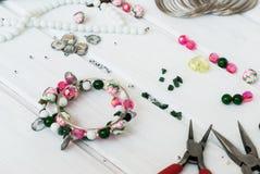 Verschiedene Perlen und Werkzeuge für die Herstellung des Schmucks Lizenzfreie Stockfotografie