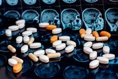 Verschiedene pharmazeutische Medizinpillen auf magnetischem Gehirnresonanzscan mri Hintergrund Apothekenthema, Gesundheitswesen lizenzfreie stockfotografie