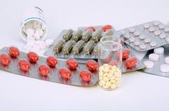 Verschiedene Pillen auf einem hellen Hintergrund Stockbilder
