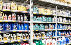 Verschiedene Plastikkanister mit dem Motorenöl bereit zum Verkauf Stockfotografie