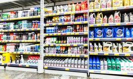 Verschiedene Plastikkanister mit Motorenöl- und Autochemie rea Lizenzfreie Stockfotos