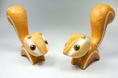 Verschiedene Position des handgemachten hölzernen orange Doppeleichhörnchens Stockbild