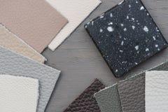 Verschiedene Proben des unterschiedlichen Farbeleders, Acrylarbeitsfläche auf grauem Boden stockfoto